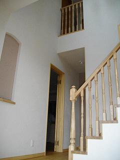 吹き抜けの開放感ある階段